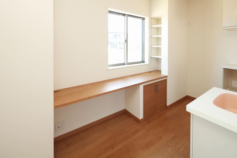 遠鉄ホーム【デザイン住宅、間取り、ガレージ】キッチン横に設置したPCカウンターは、将来的に子どものスタディコーナーとしても使える。造り付けの下部収納や棚も便利