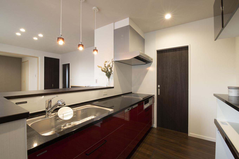 遠鉄ホーム【収納力、間取り、省エネ】リビングはもちろん、和室まで見渡せるので、安心して料理ができるキッチン。3連のペンダントライトは奥さまのお気に入り