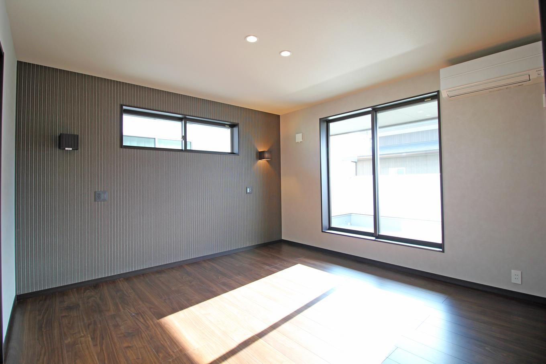 遠鉄ホーム【収納力、間取り、省エネ】アクセントクロスが空間をぐっと印象付ける主寝室。くつろぎのスペースだからこそ、インテリアにこだわりたくなる、そんな空間