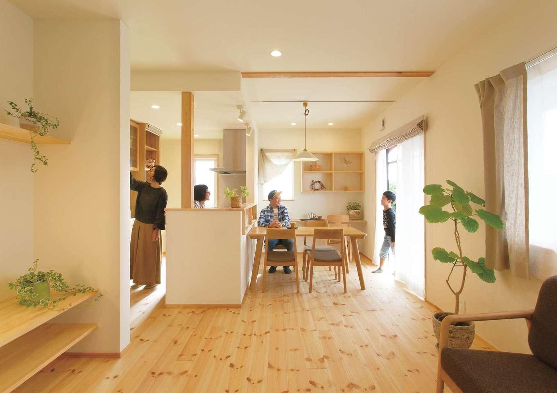 LDKが一直線になった間取りだから、奥さまがキッチンで家事をしていても家族の姿をそばに感じられる。家具は『カーサ』に紹介してもらったお店でコーディネート