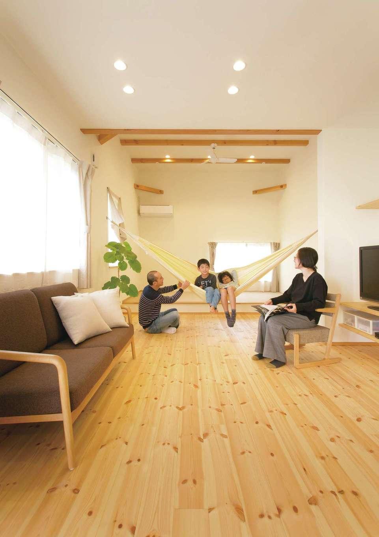 ちょこんと腰掛けたり、ごろんと横になったり、自由に使える畳コーナーが便利。リズミカルに並ぶ見せ梁と、リビングよりも一段高い天井にすることで開放感を演出