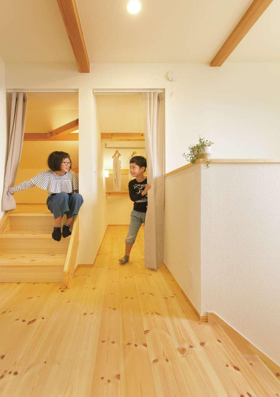 2階ホール横には4.5畳のファミリークローゼットと屋根裏収納をレイアウト。家族の服や季節の荷物などをたっぷり収納