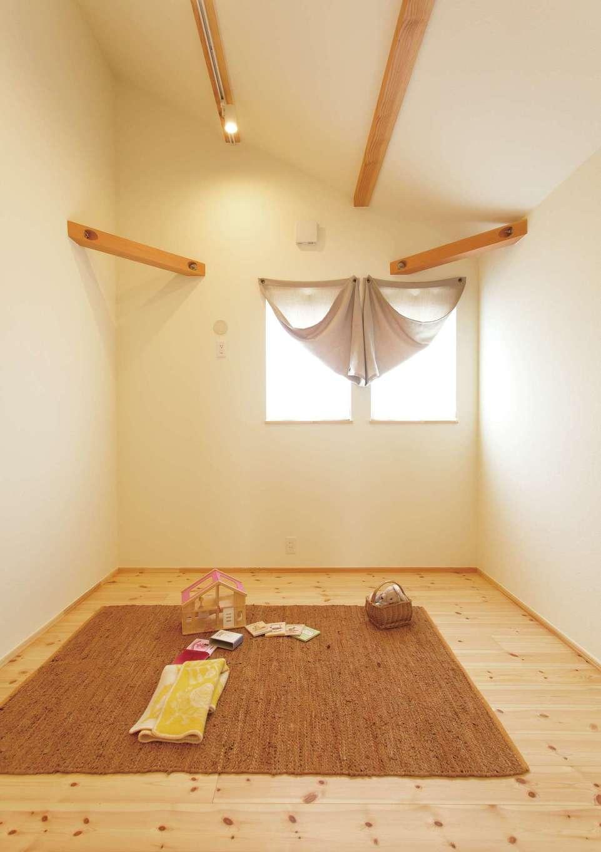 ファミリークローゼットがあるので、子ども部屋には収納を設けなかった。必要最低限のスペースながら、勾配天井のおかげで畳数以上の広さを感じられる