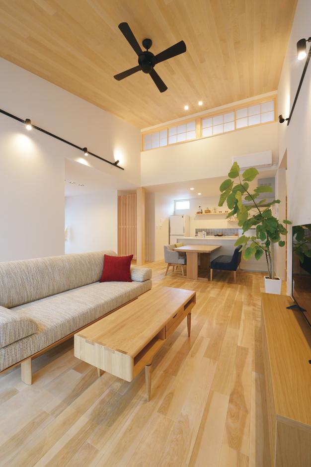 Yamaguchi Design 【掛川市南西郷401-35・モデルハウス】勾配天井を採用し、平屋とは思えないほどの明るさと開放感に満ちたLDK。無垢の床と天井に合わせて、家具とファブリックも和モダンでコーディネート