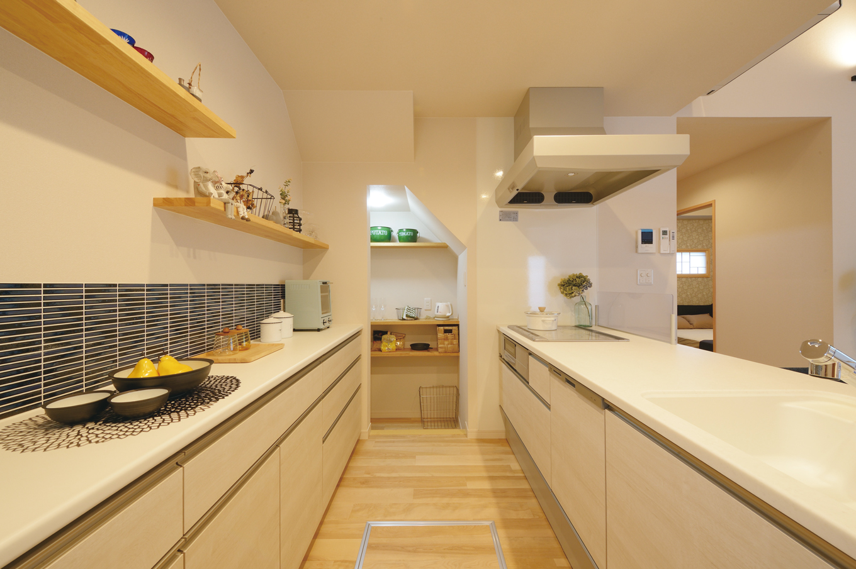 Yamaguchi Design 【掛川市南西郷401-35・モデルハウス】キッチン背面の造作した棚で見せる収納を