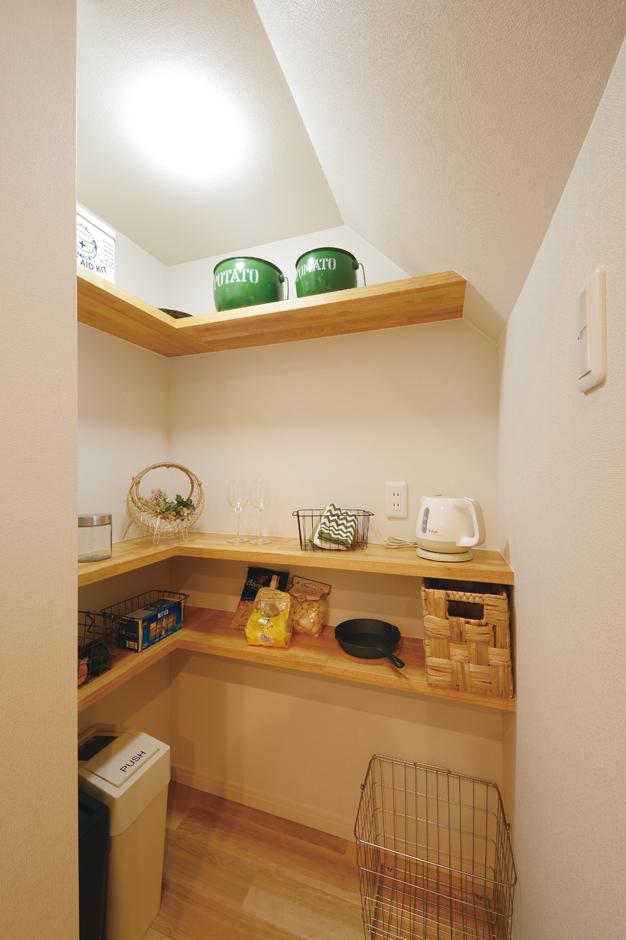 Yamaguchi Design 【掛川市南西郷401-35・モデルハウス】キッチン奥のパントリー