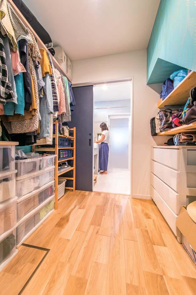 仲田工務店【デザイン住宅、子育て、間取り】家族の衣類やバッグなどを収納するファミリークローク。奥は洗面室と浴室、手前は玄関につながり、着替えや洗濯物の収納がスムーズにできる