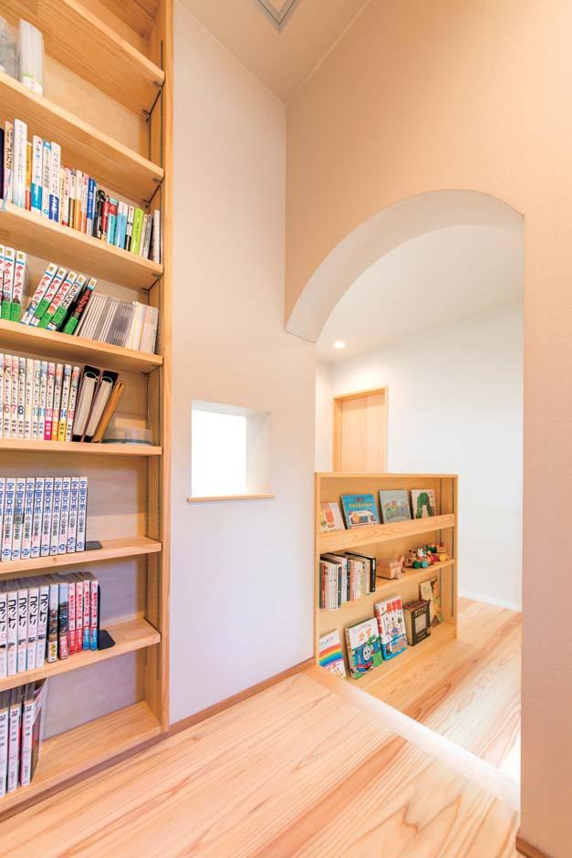 仲田工務店【デザイン住宅、子育て、間取り】2階の階段横はご主人が希望した図書コーナー。本棚の反対側に段差を利用した造り付けのカウンターデスクがある