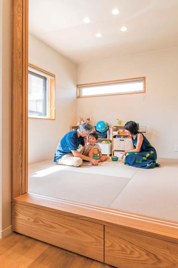 仲田工務店【デザイン住宅、子育て、間取り】普段は子どもの遊び場に、来客時は客間にする小上がりの和室。取材時にちょうど来ていたご主人の両親と長男が遊ぶ一コマをパチリ