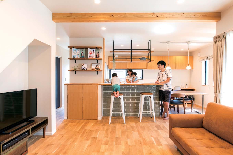 仲田工務店【デザイン住宅、子育て、間取り】1階の床はほどよい硬さで水や油に強く、色の経年変化を楽しめるオーク。幅が広めの板は木目が美しく、部屋を広く見せる効果も。リビングの天井は梁を出して木の家らしさを強調した