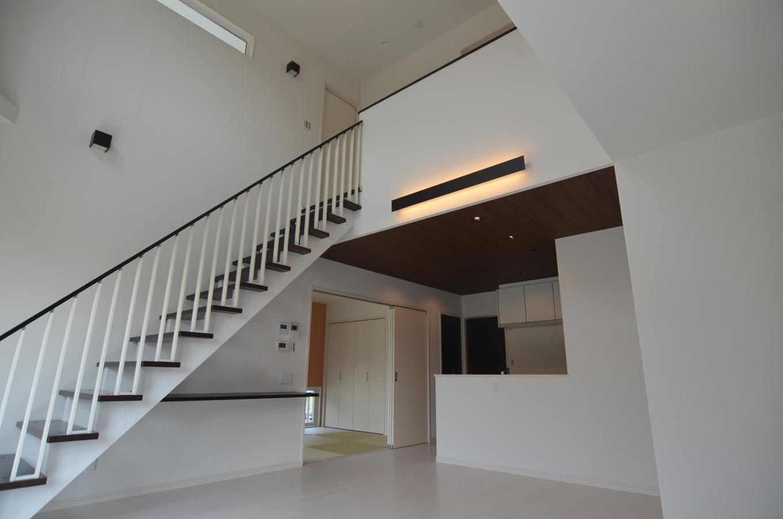 広い空間を活かすストリップ階段。全体的にツートンで揃えたところもより広く見えるポイント