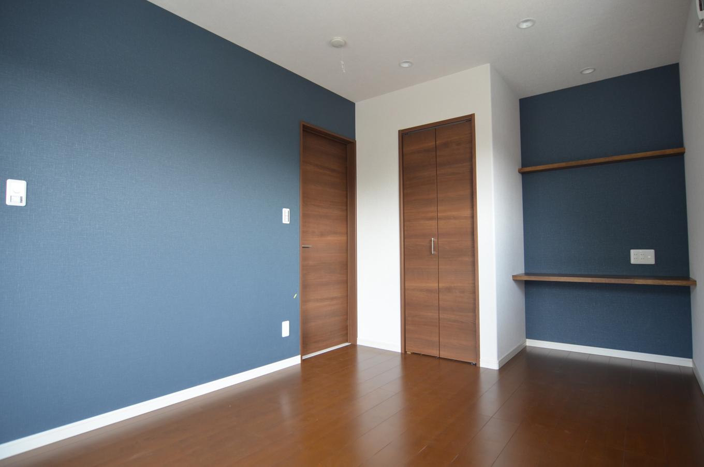 カジュアルな寝室。カウンター横のWICは驚くほど広い。洋服・季節家電・布団まで収納可能