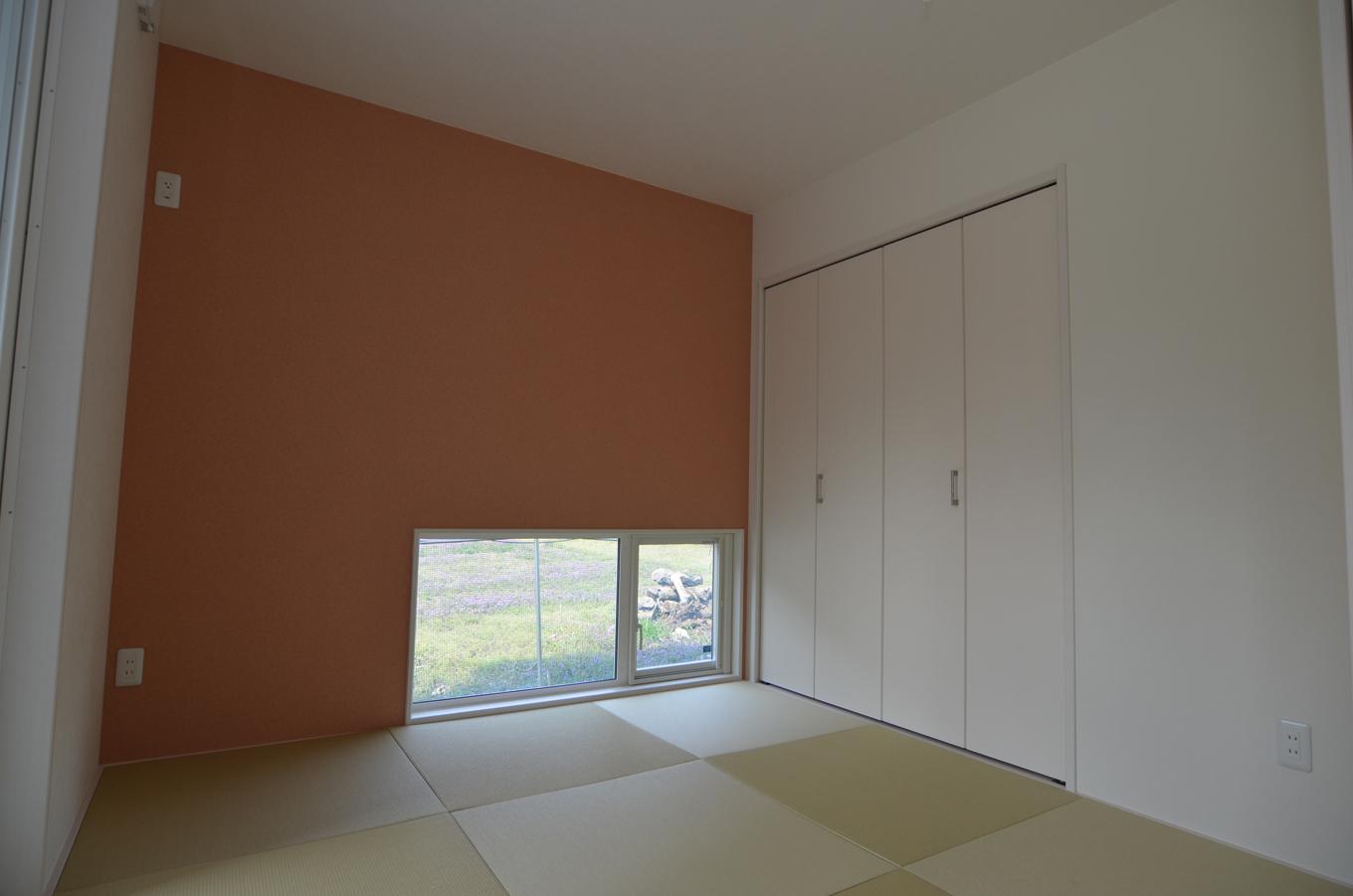 モダンなLDK横になじむ落ち着いた和室。畳の下も床暖房で暖かい