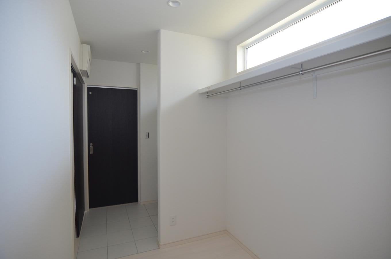 洗面所横のWIC。洗濯したものをそのまま収納できる便利なスペース