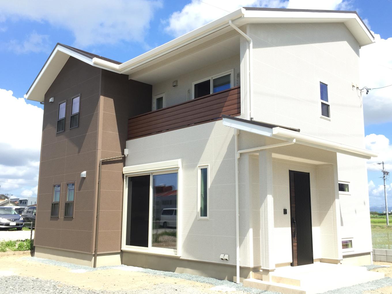 ユニバーサルホーム(浜松東店・掛川店)【デザイン住宅、間取り、インテリア】白×ブラウンで統一された外観。木目の手すりや玄関ドアの素材感が家全体を引き締めている