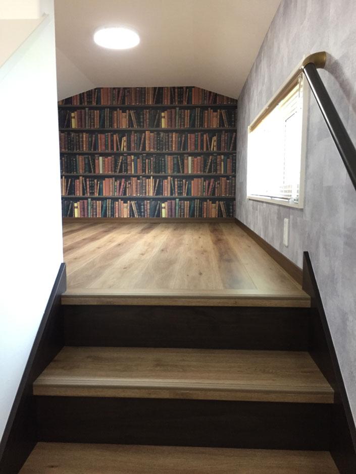 ユニバーサルホーム(浜松東店・掛川店)【デザイン住宅、間取り、インテリア】小屋裏収納。本棚をイメージしたアクセント壁紙で別世界のよう