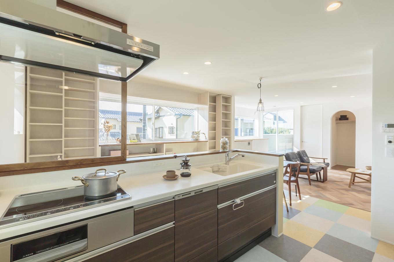 ARRCH アーチ【デザイン住宅、趣味、建築家】カラフルなフロアタイルの床が印象的なキッチンスペース。フロアタイルの配色は奥さまが自ら考えて指定したとのこと。サイドの壁はほんのり黄色がかった壁紙で仕上げてあり、床との相性も抜群だ
