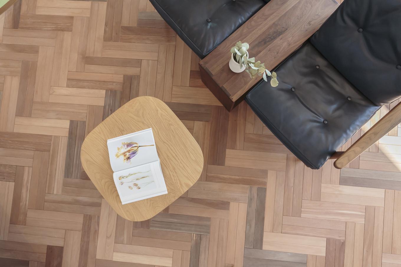ARRCH アーチ【デザイン住宅、趣味、建築家】2階のリビングに採用したヘリンボーンの床は、夫妻が打ち合わせの初期段階から強く希望していたもの。床の質感が映えるように、壁はシンプルな白いクロス仕上げにした