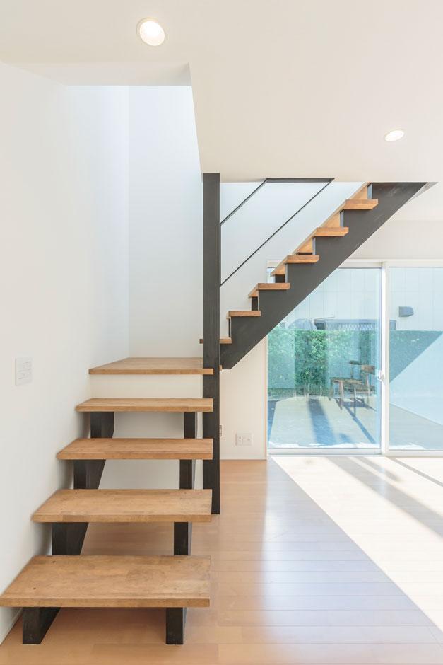 ARRCH アーチ【デザイン住宅、趣味、建築家】奥さまのワークスペースからストリップ階段を上がると2階LDKに至る。吹抜けから光が注ぎ、清々しさが感じられる