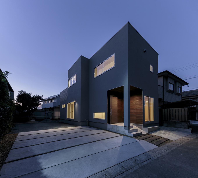 ARRCH アーチ【デザイン住宅、趣味、建築家】東西に細長いフォルムのシンプル&クールな外観。グレーの塗り壁の風合いが建物の上質感を高めている。玄関脇の部屋がご主人のワークルーム