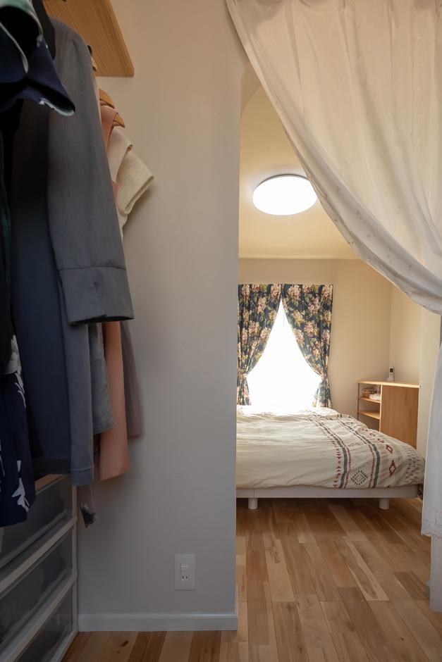 今井建設【子育て、自然素材、間取り】2階の寝室はウォークインクローゼット付き。自然素材の空間が心地よい眠りをもたらしてくれる。寝室の壁面には造作のカウンターを設けてあり、奥さまのドレッサーや書斎コーナーなどフレキシブルに利用できる