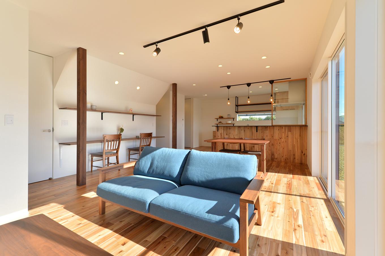 ARRCH アーチ【デザイン住宅、子育て、建築家】南面の窓から光がたっぷり注ぎ、無垢の床の足触りが心地よいリビング。壁面にはスタディカウンターを広々と設けてある