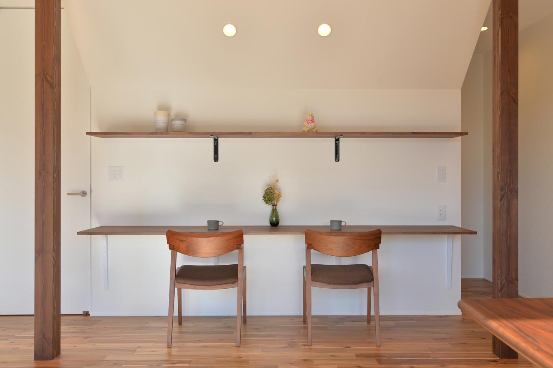 ARRCH アーチ【デザイン住宅、子育て、建築家】リビングの壁面に設けたスタディコーナー。カウンターと棚を細くシャープに造作し、すっきりとしたデザインに仕上げてある。カウンターの幅もワイドなので、多目的に使えそう