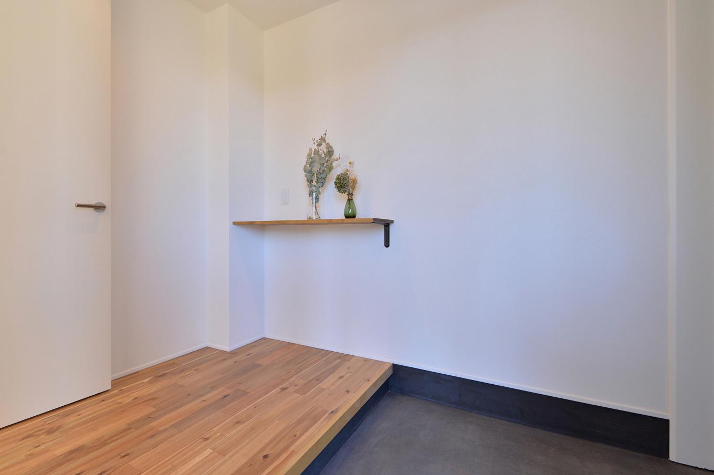 ARRCH アーチ【デザイン住宅、子育て、建築家】白壁に無垢の素材感が映えるシンプルな設えの玄関。約3畳もの広さのシューズクロークが隣接し、靴やアウター、アウトドア用品などをまとめて収納できる