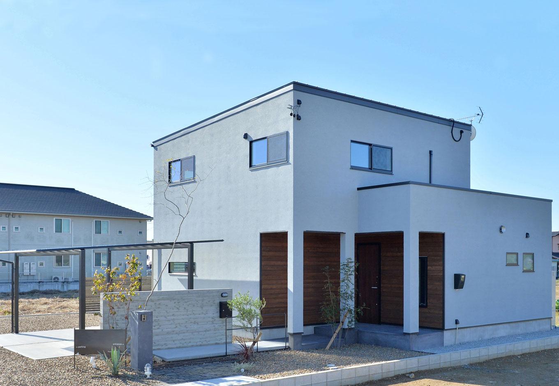 ARRCH アーチ【デザイン住宅、子育て、建築家】広くて開かれた土地の利を活かし、室内が圧迫感なく外へとつながる大空間をデザイン。玄関へのアプローチは素材にこだわり、あえて細く奥まったスタイルにしたことで、玄関からLDKに入った時のワイドなインパクトを強調した