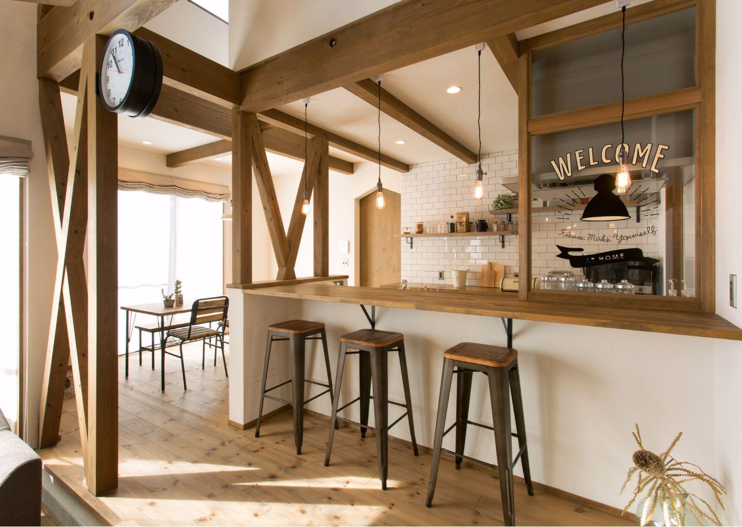 リビング、キッチン、ダイニングをL字型でつないだLDKは家族みんなのお気に入り。キッチンカウンターはお子さんが宿題をしたり、ご主人がお酒を飲んだり、朝食を食べる場所として活躍するそう。キッチン上部には中2階のロフトがある