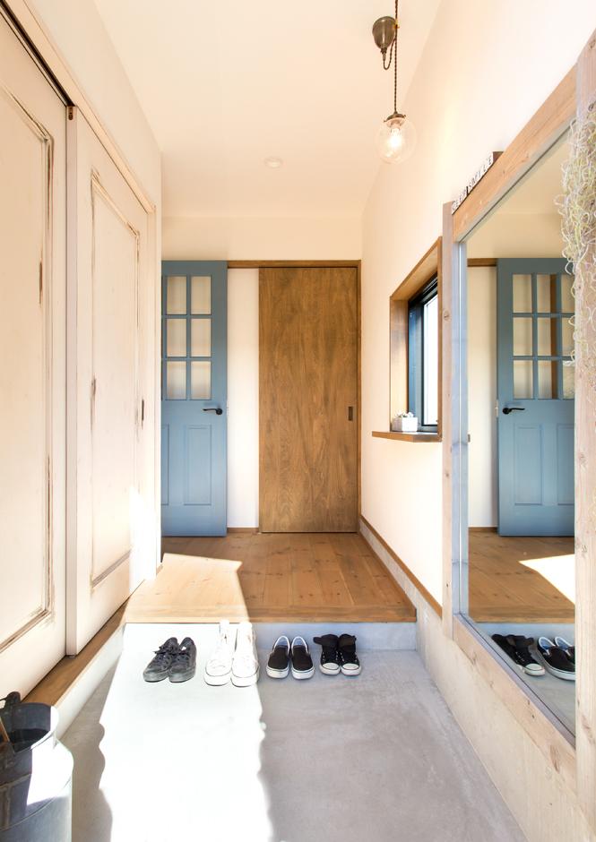玄関を入ってすぐ、正面のドアを開けると3.5畳のファミリークローゼットがあり、身支度がしやすい。おしゃれが大好きなNさん家族のため、オリジナル製作した古材の姿見は足元まで映る優れものだ。エイジング加工を施したシューズクロークの扉も味わいがある