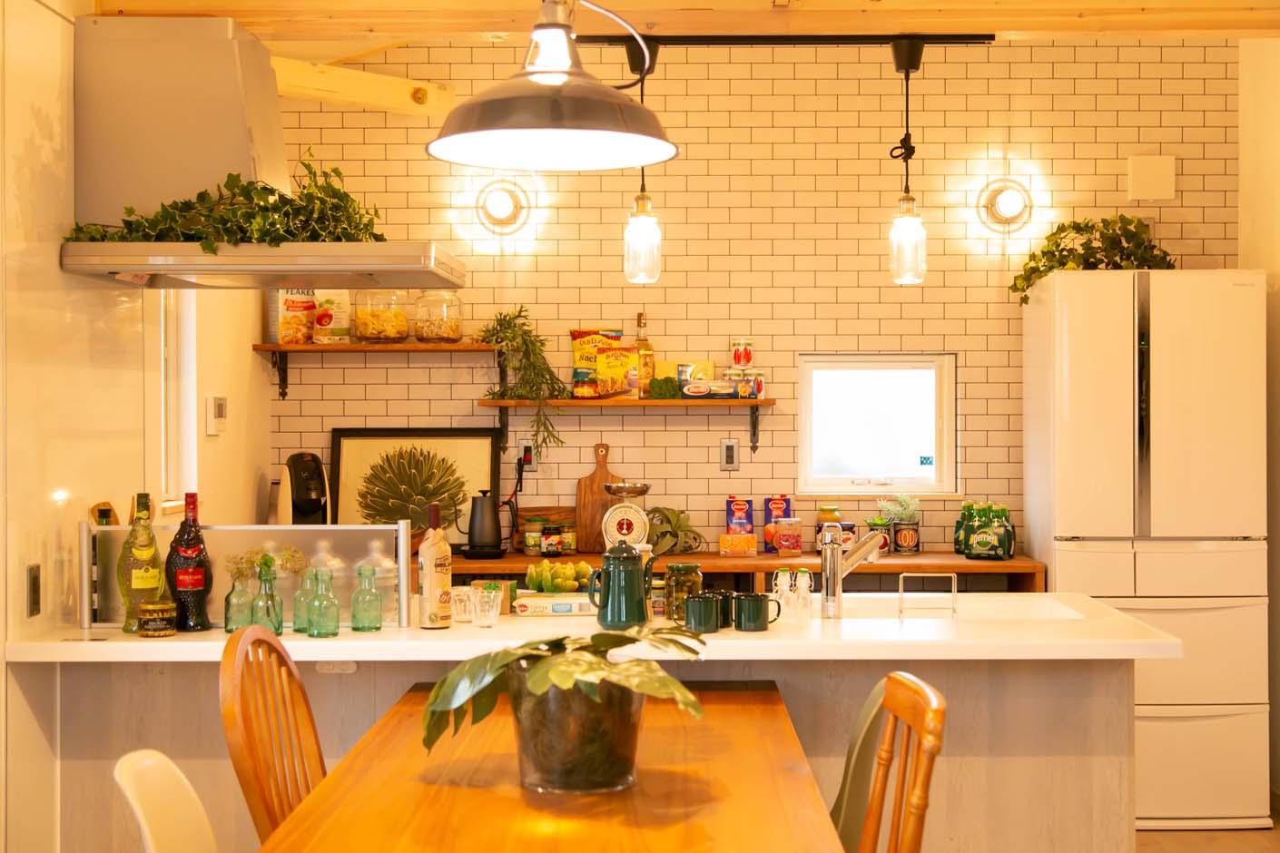 BinO志太・榛原 マルジン総建【焼津市祢宜島407-9・モデルハウス】アクセントクロスが目を引くキッチン。毎日の家事が楽しくなるような装飾を取り入れた