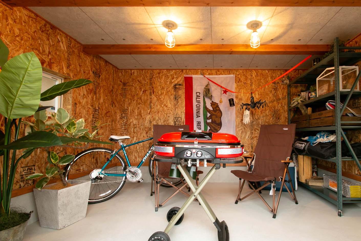 BinO志太・榛原 マルジン総建【焼津市祢宜島407-9・モデルハウス】玄関横にあるアウトドアストッカー。趣味のサーフボード・バイク・キャンプ用品など収納できる場所として。天気を気にせずバイクやサーフボードのメンテナンス場所として