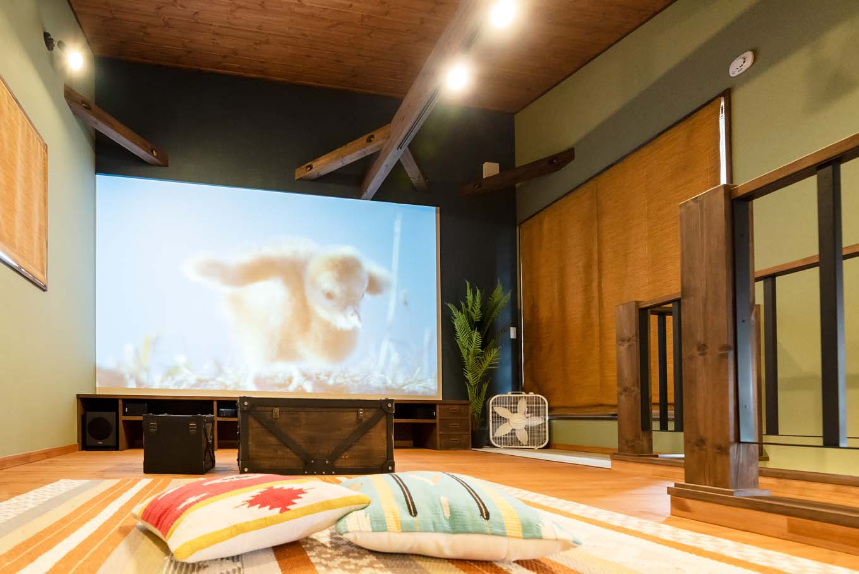 BinO清水 ブルーワン【子育て、間取り、スキップフロア】セカンドリビングはシアタールーム仕様に。壁一面が約150インチの大型スクリーン。大迫力の映像が圧巻。キッチンに立つママも一緒に楽しめる