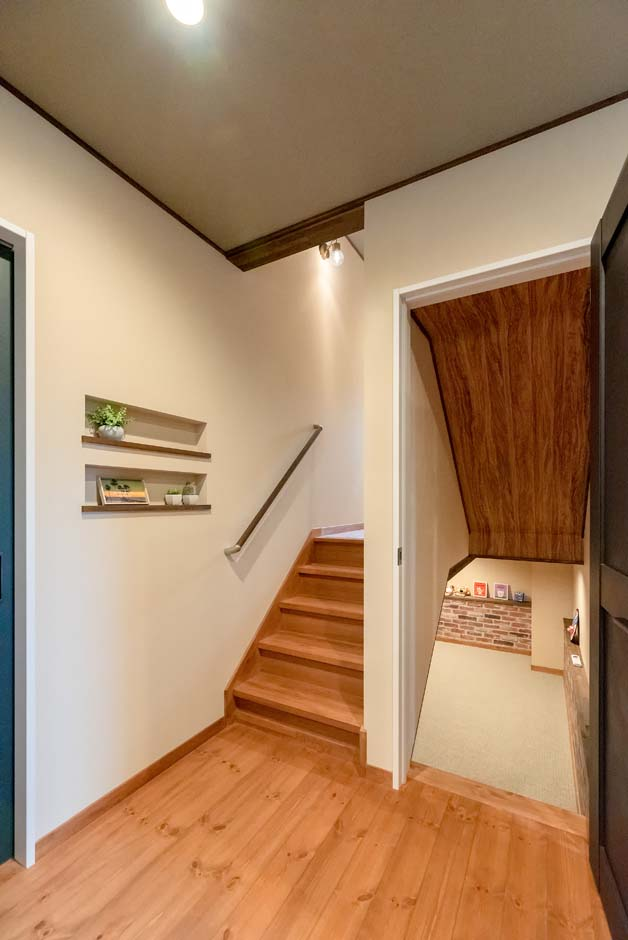 BinO清水 ブルーワン【子育て、間取り、スキップフロア】各階は階段を通してつながっているので、部屋にいる子どもたちの気配も感じられる。各層ごとの階段数が少ないのもスキップフロアならでは。荷物を持っての上り下りも苦にならない