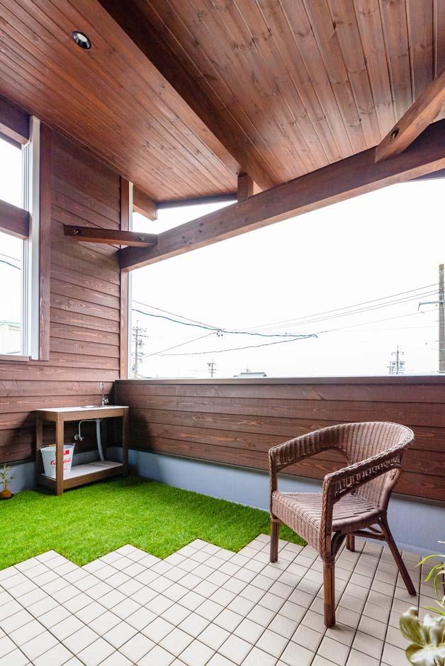 BinO清水 ブルーワン【子育て、間取り、スキップフロア】家族揃っての休日のブランチや、午後のひとときのほっこりティータイムが特別な時間になるバルコニー。床にはタイル張りと人工芝と、メンテナンスも楽な素材も提案
