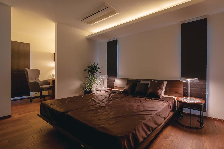 橋本組 ~つむぐ家~【藤枝市高洲1-5-29・モデルハウス】間接照明が快適な眠りに誘う寝室。奥の書斎は穏やかな明るさで、お休み前のくつろぎのひとときを演出する