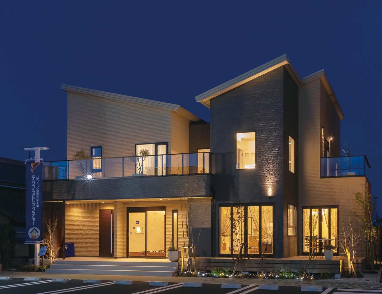 橋本組 ~つむぐ家~【藤枝市高洲1-5-29・モデルハウス】外壁のやわらかな色合いや素材感を確かめられる日中はもちろん、ライティングにもこだわり、日没後の美しさも見逃せない