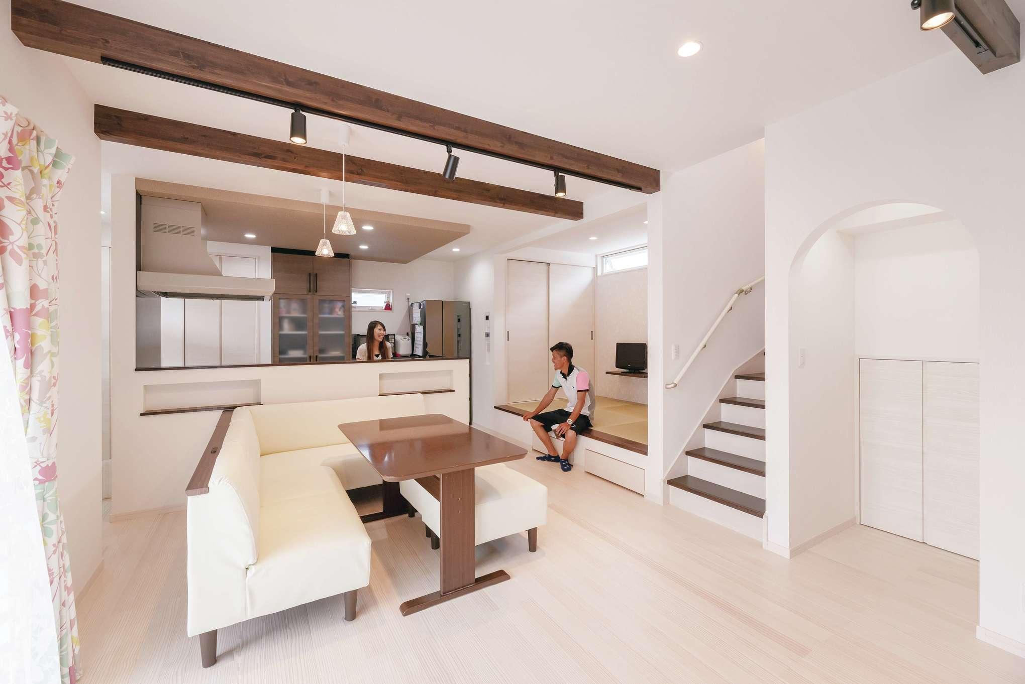 R+house沼津・伊東(HOUSE PLAN)【子育て、収納力、間取り】高さ38cmの小上がりは、腰を掛けるのに最適な高さ。キッチンのダウンライトはスピーカー付きをチョイス