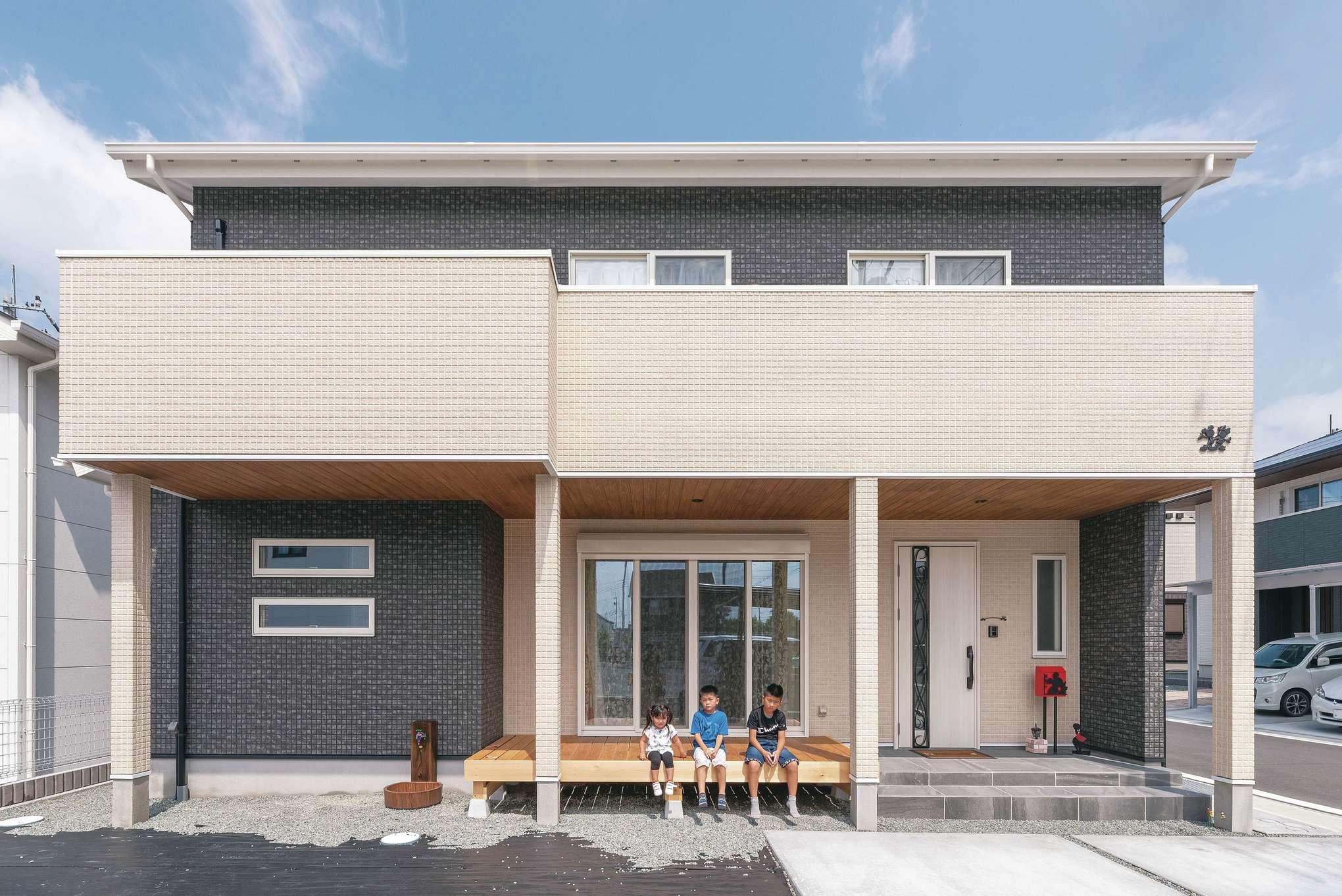 R+house沼津・伊東(HOUSE PLAN)【子育て、収納力、間取り】外観は黒をベースにクリームカラーを合わせた