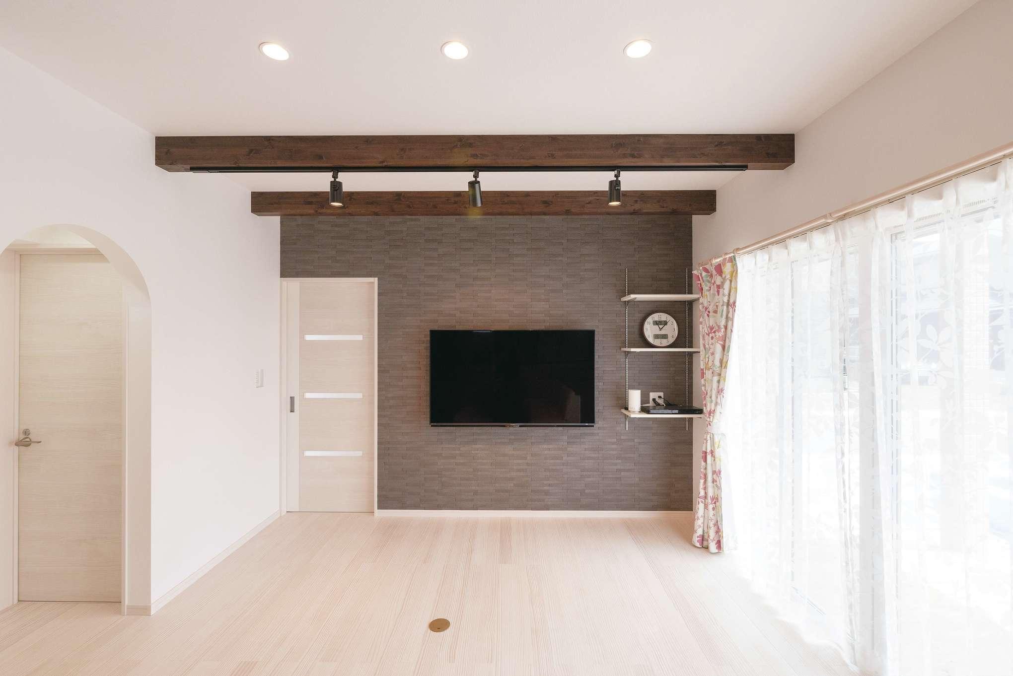 R+house沼津・伊東(HOUSE PLAN)【子育て、収納力、間取り】テレビを設置した壁一面に、エコカラットを貼った