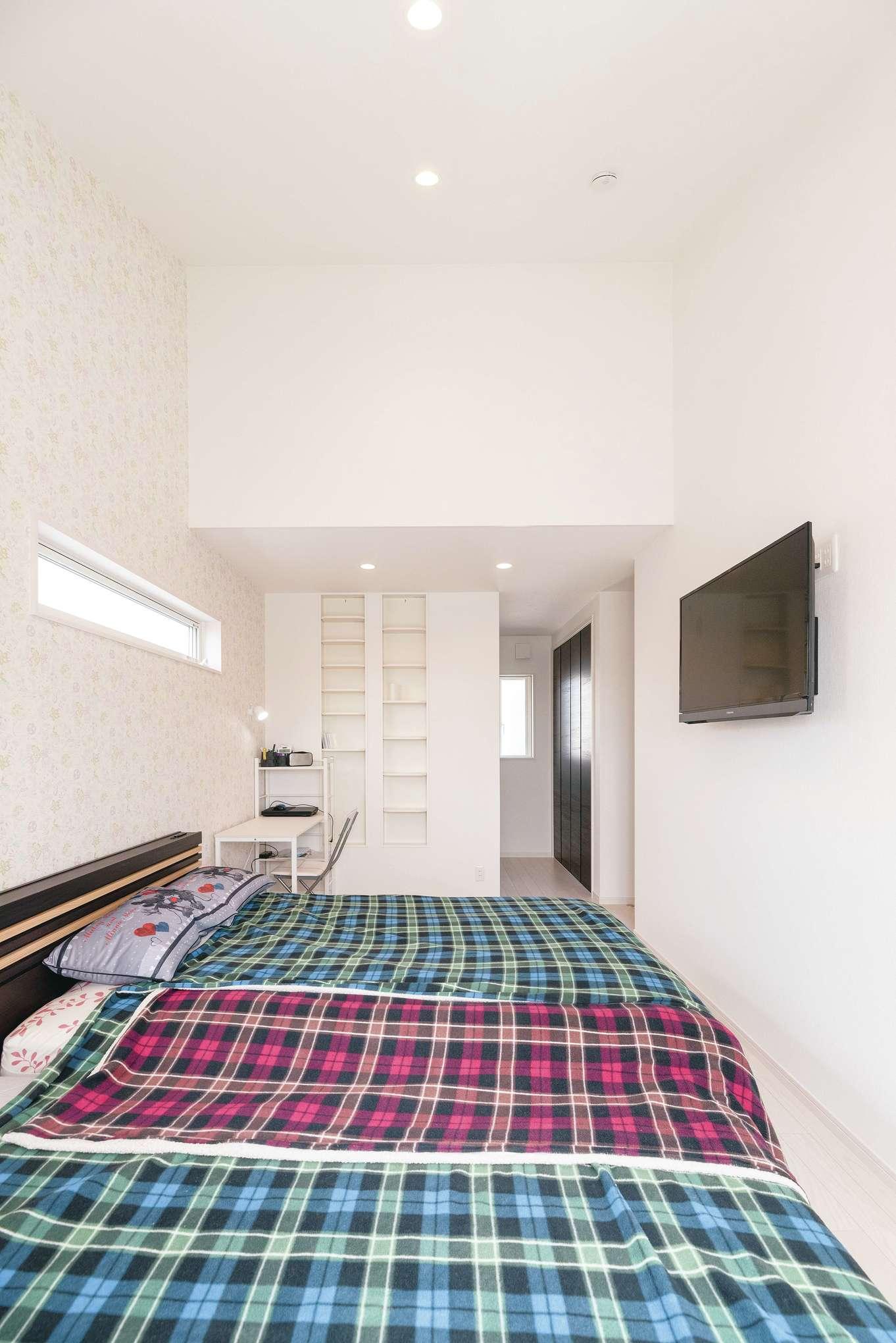 R+house沼津・伊東(HOUSE PLAN)【子育て、収納力、間取り】ウォークインクローゼットとご主人のデスクがある主寝室は、勾配天井で空間にゆとりを生み出した