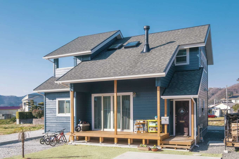 グレーの屋根にブルーグレーの外壁と、抑えた色味で山小屋風を表現