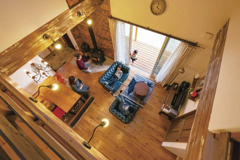 富士ホームズデザイン【デザイン住宅、子育て、インテリア】あたたかい薪ストーブの周りには自然と家族が集まり、会話が生まれる