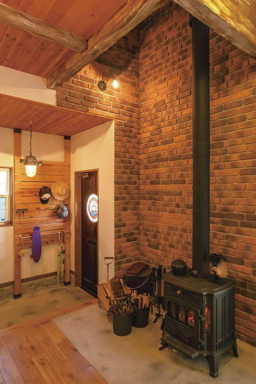 富士ホームズデザイン【デザイン住宅、子育て、インテリア】天井まで伸ばしたレンガタイルは、ご主人のこだわりポイント
