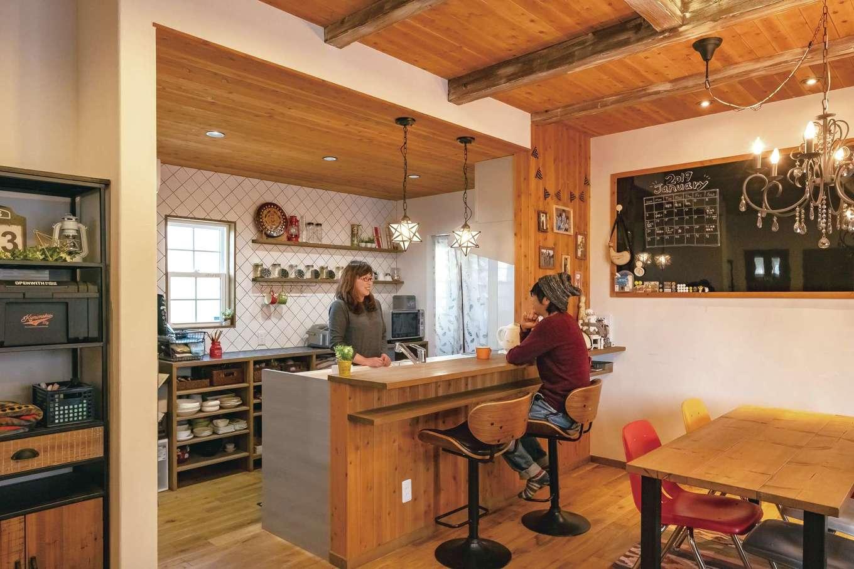 タイルの斜め貼りがおしゃれなオリジナルキッチン。ブラックボードは家族のスケジュール管理やパーティにも活躍