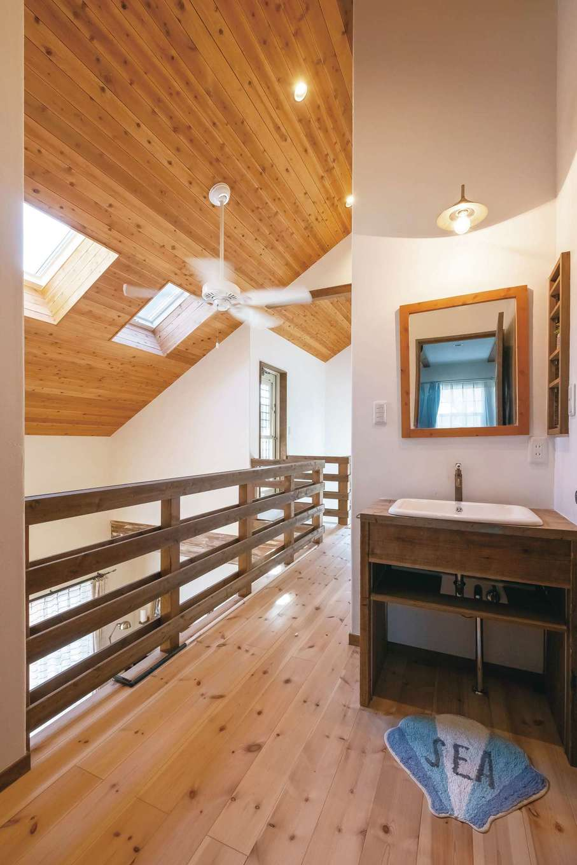 富士ホームズデザイン【デザイン住宅、子育て、インテリア】2階の洗面コーナーは木で造作。壁をくり抜いて設置した小さな棚は、洗面用品はもちろん、雑貨を飾ってもかわいい