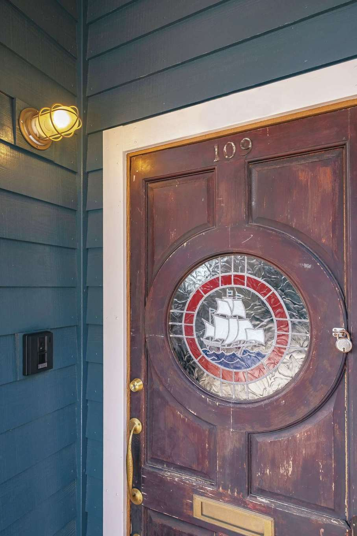 玄関ドアは『富士ホームズ』が仕入れた欧州アンティーク。ふたりともひとめぼれだったそう