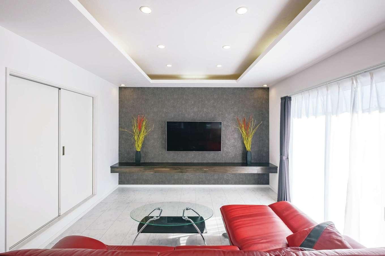 アフターホーム【デザイン住宅、間取り、インテリア】造作テレビボードは壁掛けタイプのテレビですっきりと。幅広の掃き出し窓から明るい日差しが入る