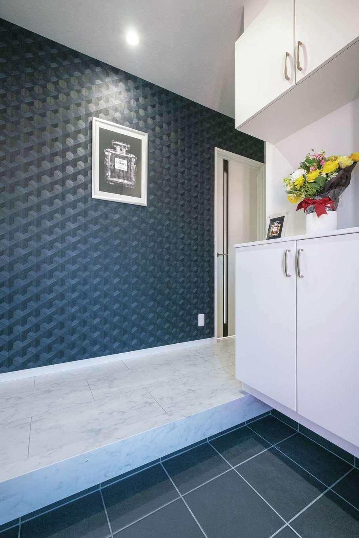 アフターホーム【デザイン住宅、間取り、インテリア】高級感のある壁紙と絵画に迎えられる玄関。収納に上着掛け用のパイプを設置。脱いだ上着がどこかに置きっぱなしになることもなく、その都度2階まで取りに行かずに済む